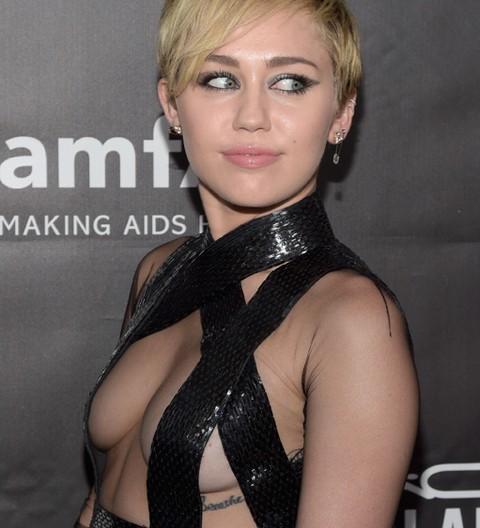 miley-cyrus-rihanna-boobs-photos-018-480w